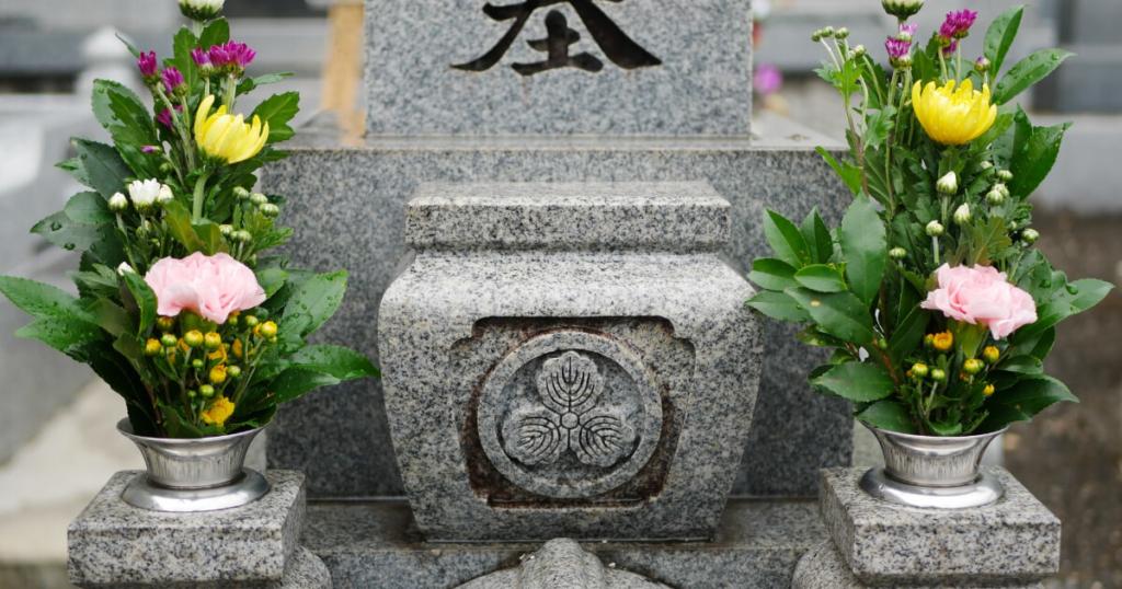 お墓に納骨する際の納骨室のふたの開け方について